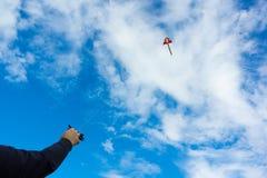 Handen die vlieger houden Stock Afbeeldingen