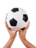 Handen die voetbal houden Royalty-vrije Stock Afbeeldingen