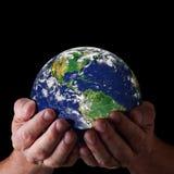 Handen die wereld houden stock fotografie