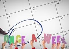 Handen die woord houden één keer in de week tegen kalender Stock Foto