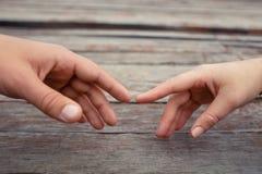 Handen die zich naar elkaar uitrekken Stock Fotografie