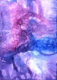 Handen dragit abstrakt eteriskt konstverk i akryl och vattenfärg målar stil med violett, och rosa fläckar, skyler och stock illustrationer