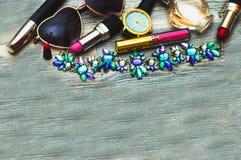 Handen dragit mode skissar framlänges skor, kopplingen, läppstift, makeuppulver, armbandsuret, doft, blommaasken, exponeringsglas royaltyfri bild
