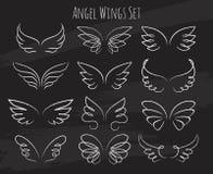 Handen drog ängeln påskyndar på den svart tavlan royaltyfri illustrationer