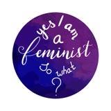 Handen drog feministiska mottoletteringyes är jag en feminist så vad med en bakgrund för vattenfärg royaltyfri illustrationer