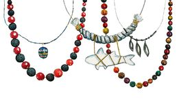 Handen drog vattenfärgillustrationen med kvinnarundan pryder med pärlor och halsband stock illustrationer