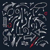 Handen drog vita linjen pilsymboler som isolerades på svart bakgrund, ställde in vektor Royaltyfri Illustrationer