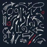 Handen drog vita linjen pilsymboler som isolerades på svart bakgrundsvektor, ställde in royaltyfri illustrationer