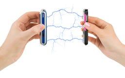Handen en aangesloten mobiele telefoons stock afbeeldingen