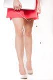 Handen en benen van een elegante vrouw met laptop Stock Afbeelding