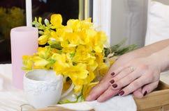 Handen en een boeket van bloemen royalty-vrije stock foto