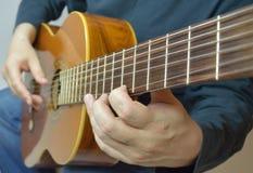 Handen en gitaar Stock Fotografie