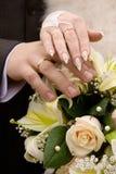 Handen en huwelijksbloemen Royalty-vrije Stock Foto's