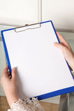 Handen en klembord Stock Afbeelding