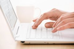 Handen en laptop Royalty-vrije Stock Fotografie