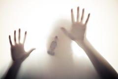 Handen en mond op glas Stock Afbeeldingen