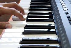 Handen en piano Stock Afbeeldingen