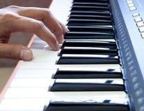 Handen en piano Stock Fotografie
