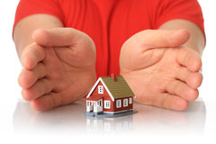 Handen en plattelandshuisje. Stock Afbeelding