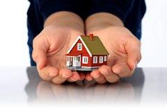 Handen en plattelandshuisje. royalty-vrije stock foto