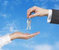 Handen en sleutel Stock Afbeelding