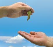 Handen en sleutels op hemel Stock Foto's