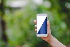 Handen en telefoons Bedrijfsgrafiek de Groene Concepten van de aardtechnologie stock afbeelding