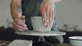 Handen en vingers het werk aangaande ceramisch stock videobeelden