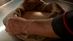 Handen en zak met rijst stock videobeelden