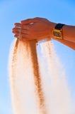 Handen en zand Stock Afbeelding