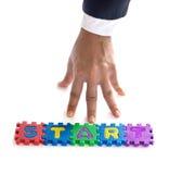 Handen för affärsmannen startar upp med färgrik text för figursågen, affärsidé Fotografering för Bildbyråer