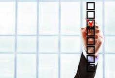 Handen för affärsmannen väljer kontrollfläcken Royaltyfri Fotografi