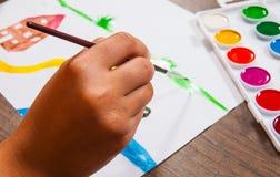 Handen för barn` s drar en bild royaltyfria foton
