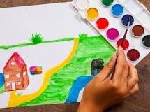 Handen för barn` s drar en bild royaltyfria bilder