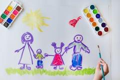 Handen för barn` s målar en lycklig familj Royaltyfri Foto
