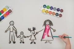 Handen för barn` s målar en lycklig familj Royaltyfri Bild