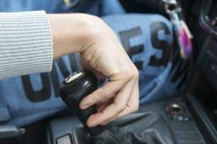 handen för chaufför` s ligger på förskjutningsknoppen, Royaltyfria Foton