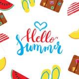 Handen för den Hello sommarborsten målade bokstäveruttryck med den färgrika vattenmelon, melon, moment-ins, slags solskydd, resvä Royaltyfri Bild