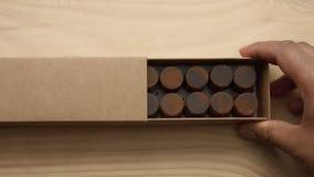 Handen för man` s öppnar candys för en choklad tillverkar asken Royaltyfria Bilder
