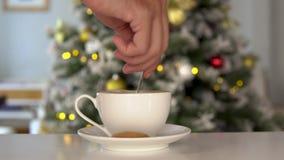 Handen för man` s rör julkaffe, träd för nytt år på bakgrund lager videofilmer