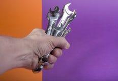 Handen för man` s rymmer en uppsättning med skiftnycklar Royaltyfri Fotografi