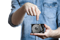 Handen för man` s rymmer 2 5 tum hårddisk På vitbakgrund Arkivfoto
