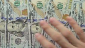 Handen för man` s visar nytt oss dollarsedlar på vit bakgrund lager videofilmer