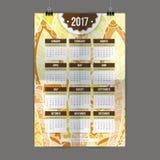 Handen för Zentangle målade den färgrika kalender 2017 i stilen av blom- modeller och klottret Arkivfoto