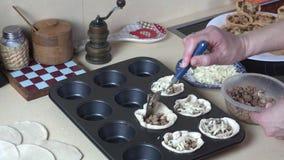 Handen förbereder den smakliga köttpajen med ost på metallisk form 4K stock video