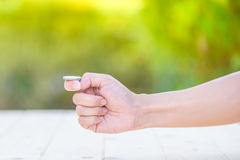 Handen förbereder för flip ett mynt royaltyfri bild