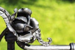 Handen förfalskad metall steg Arkivfoto
