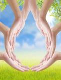 Handen gör droppe av vattenform på naturbakgrund, begreppsdesi Royaltyfria Foton