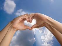 Handen gör hjärta Royaltyfri Fotografi