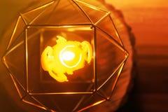 Handen - gjorde bivaxstearinljuset i en candleholder på träskiva royaltyfria foton